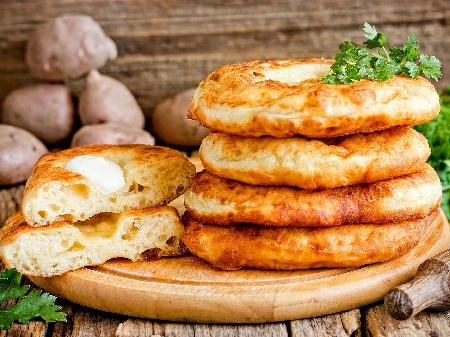 Лангош - хрупкави унгарски мекици с мая - снимка на рецептата